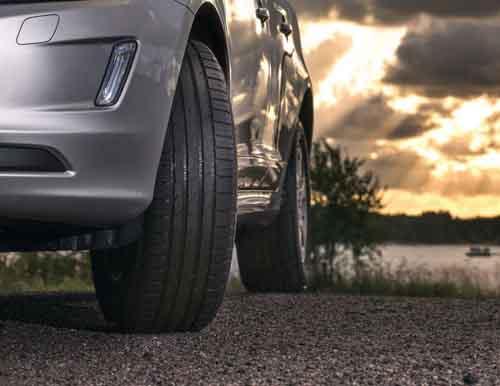 Летние шины на автомобиле по грунтовой дороге