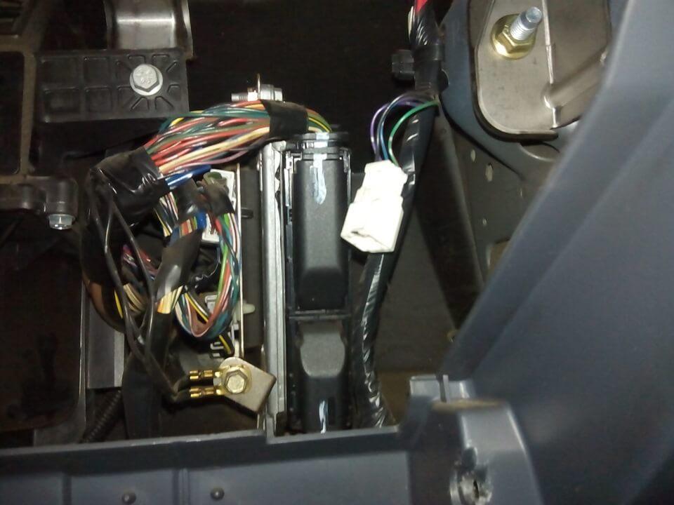 Установка плафона освещения бардачка на Nissan Almera