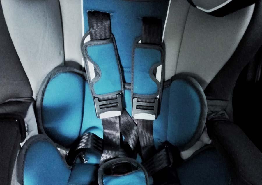 Детское кресло на переднем сидении автомобиля