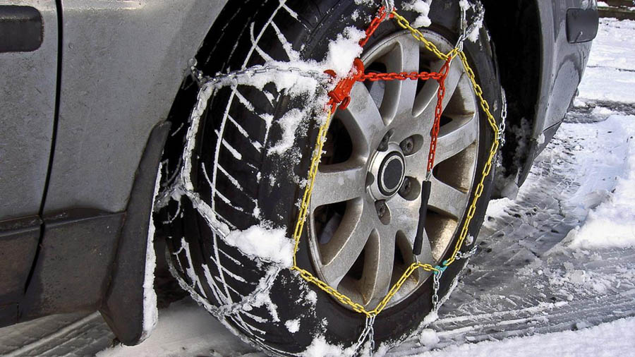 установленные зимой цепи на колеса для легкового автомобиля