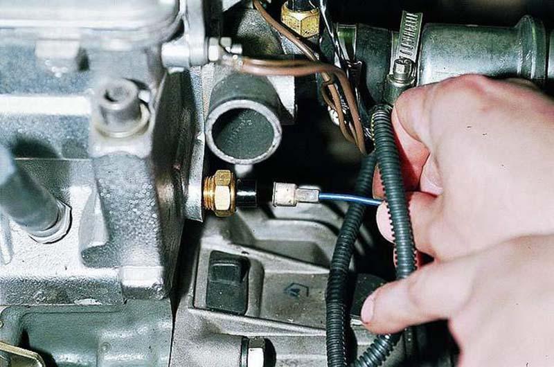 Расположение датчика температуры охлаждающей жидкости и его замена
