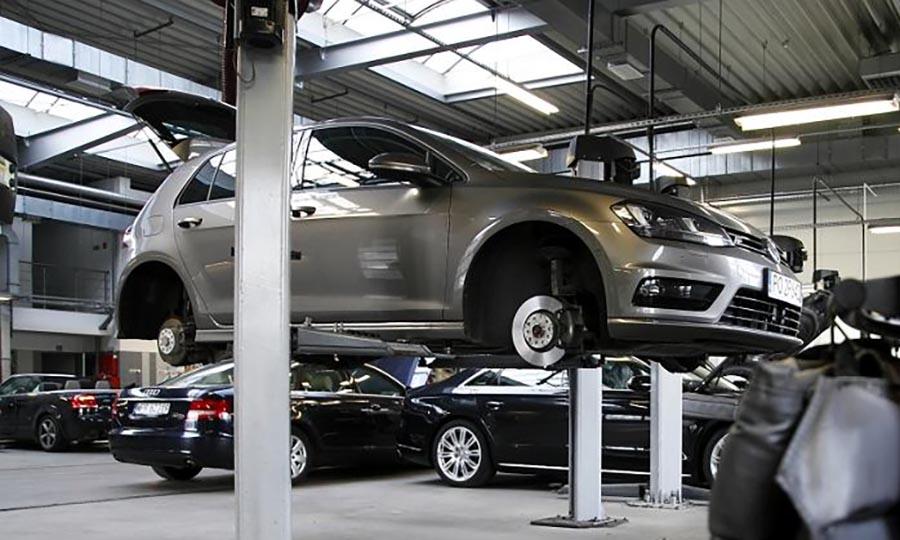 Автомобиль на замене АКПП в специализированном сервисе