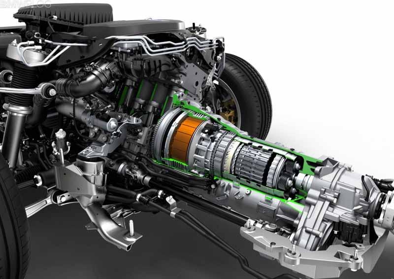 Электродвигатель гибридного автомобиля рядом с АКПП
