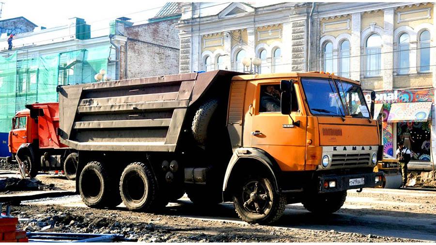 Грузоподъемность КамАЗ 5511 равняется 10 тонн. КамАЗ 5511 поднимает до 10 тонн груза