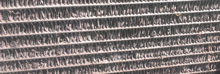 помятые пластины радиатора кондиционера автомобиля