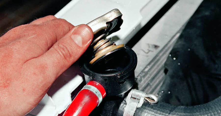 Крышка под давлением в радиаторе автомобиля