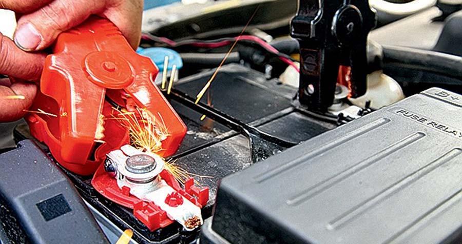 Искра при подключении силовых кабелей