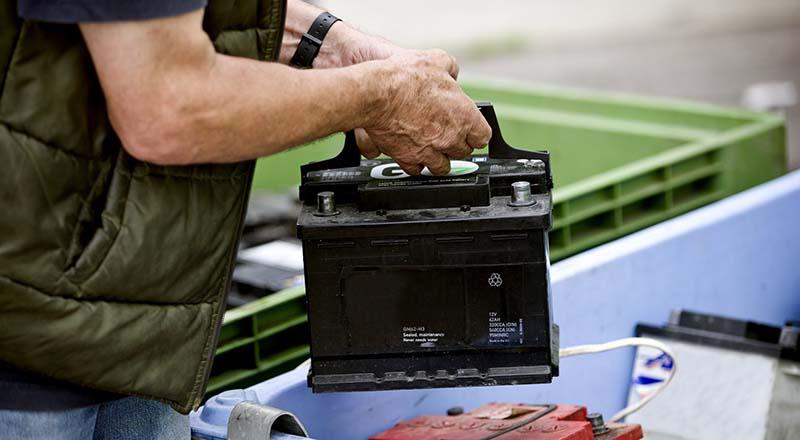 Замена аккумулятора автомобиля своими руками