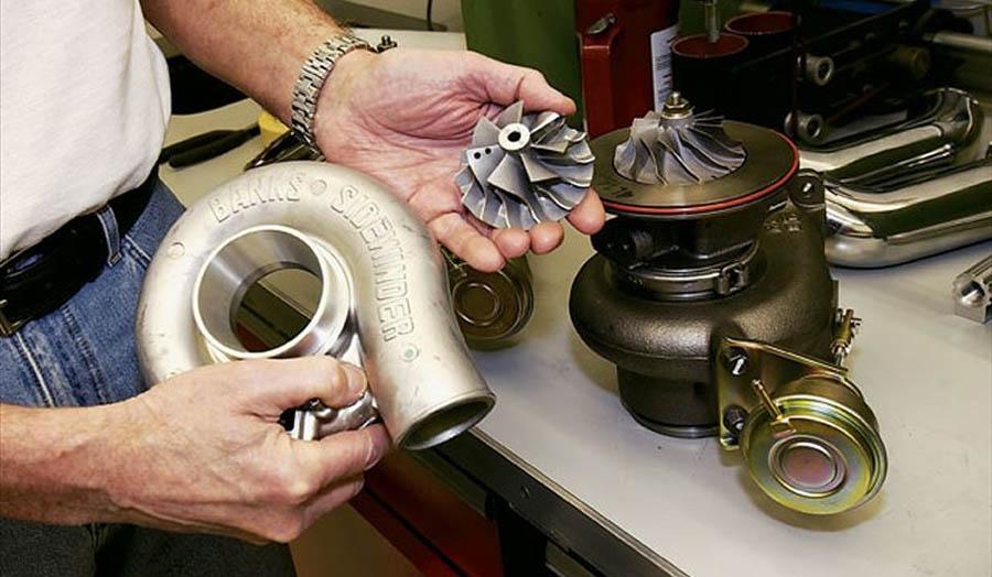 разобранная турбина ДВС в руках мастера