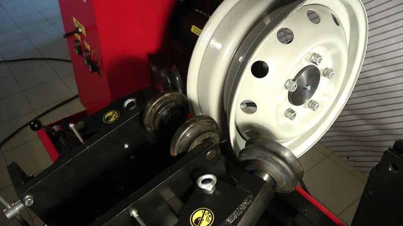 Стальные диски можно легко выправить - прокатка диска на станке