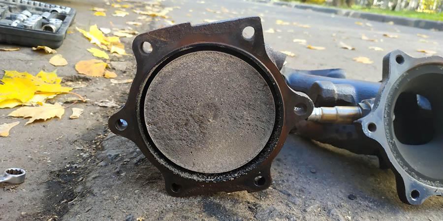 Разобранный катализатор автомобиля Nissan Almera