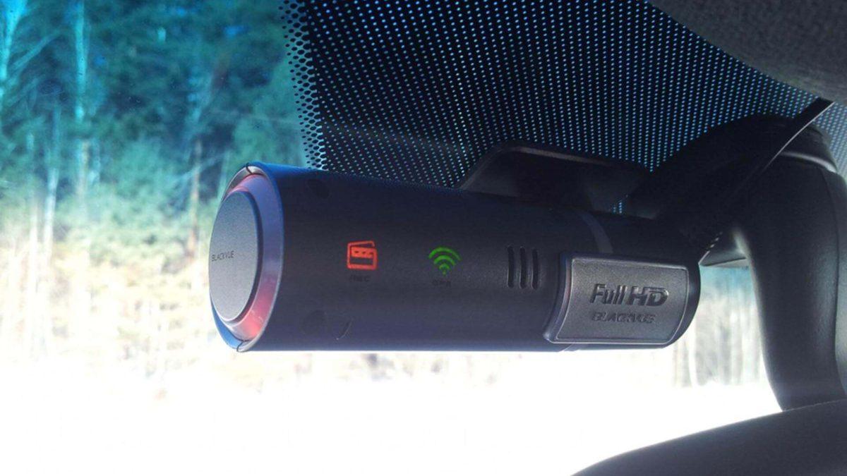 Видеорегистратор BlackVue DR400G HD II установлен в машине - внешний вид регистратора BlackVue DR400G HD II
