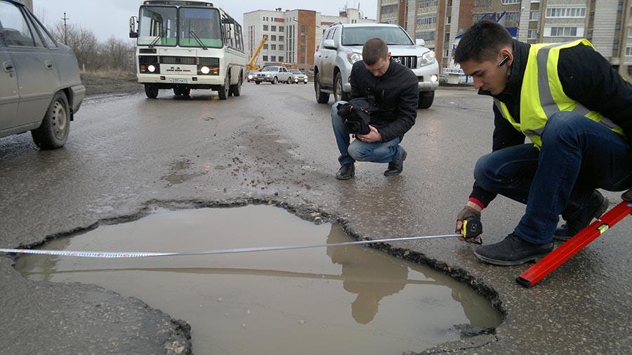 Замеры яму на дороге для компенсации ущерба за автомобиль