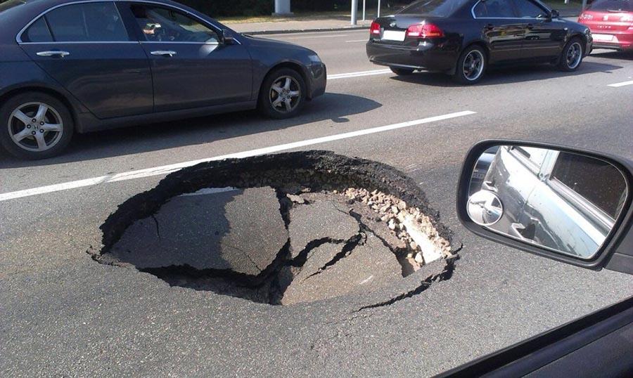 """Выбоена на дороге без опознавательного знака """"Дорожные работы"""""""