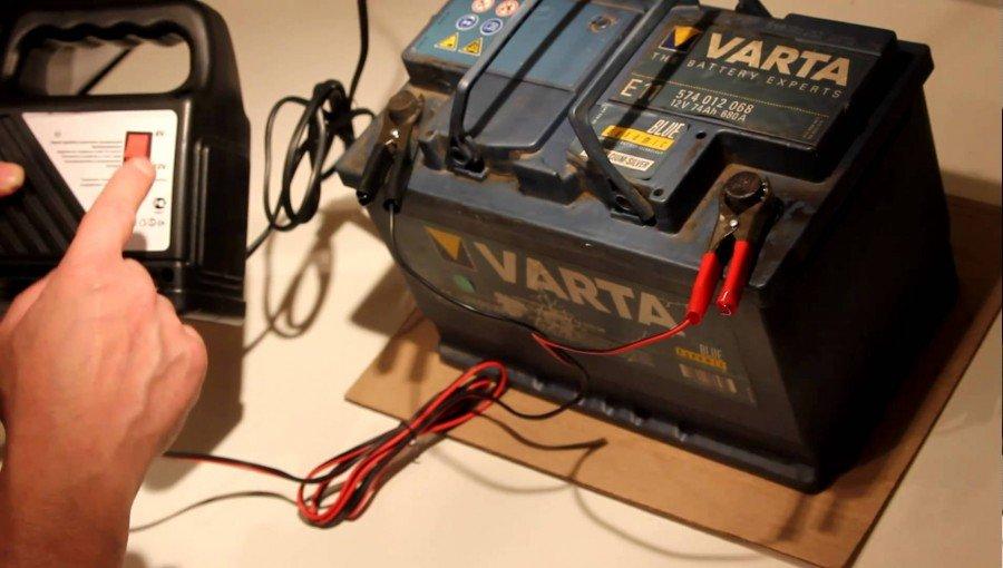 каким напряжением зарядного устройства заряжать АКБ VARTA