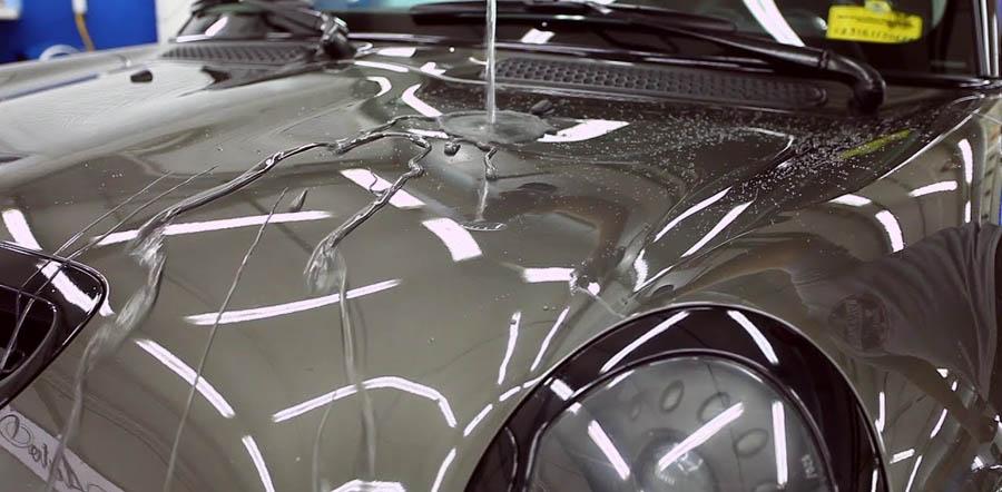 Жидкое стекло для автомобиля хорошо отталкивает воду и не вымывается