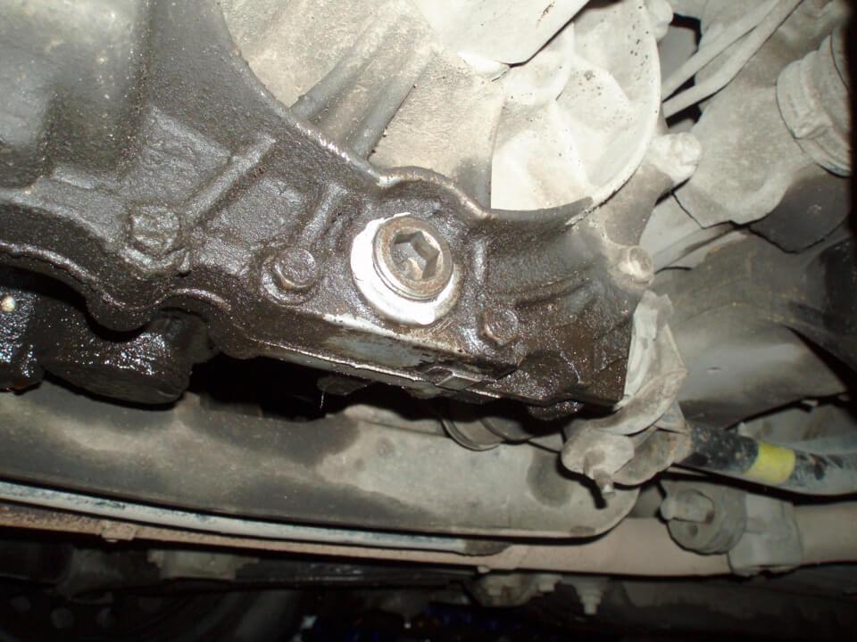 Процесс замены масла в МКПП Nissan Almera N16