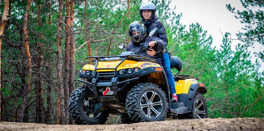 девушка с парнем на квадроцикле в лесу