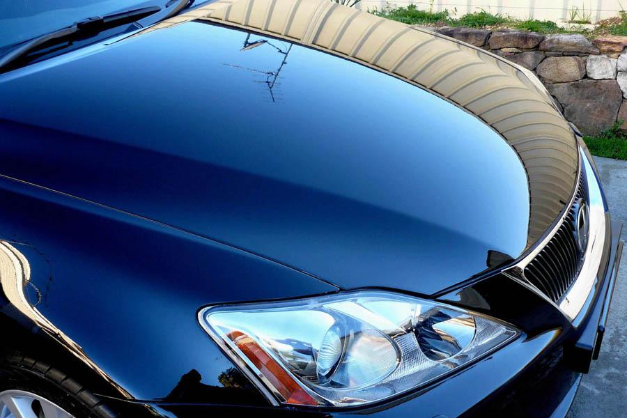Покрытый кузов автомобиля жидким стеклом